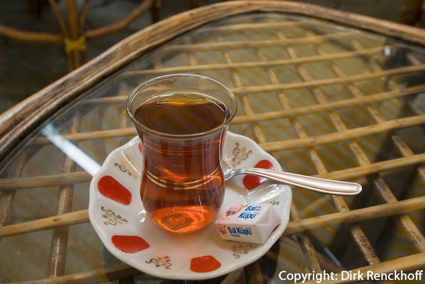 Teegarten an der Divan Yolu in Istanbul , Türkei