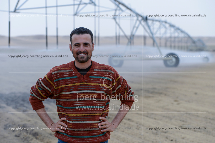 EGYPT, Bahariyya Oasis, Sekem organic farm, Project greening the desert , Pivot irrigation for a new field / AEGYPTEN, Oase Bahariya, Sekem Biofarm, Landwirtschaft in der Wueste, Pivot Kreisbewaesserung fuer eine neues Feld, Mitarbeiter Hany Hassanein