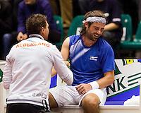 12-12-09, Rotterdam, Tennis, REAAL Tennis Masters 2009,  Raemon Sluiter  wordt aan zijn arm behandeld door fysiotherapeut Edwin Visser