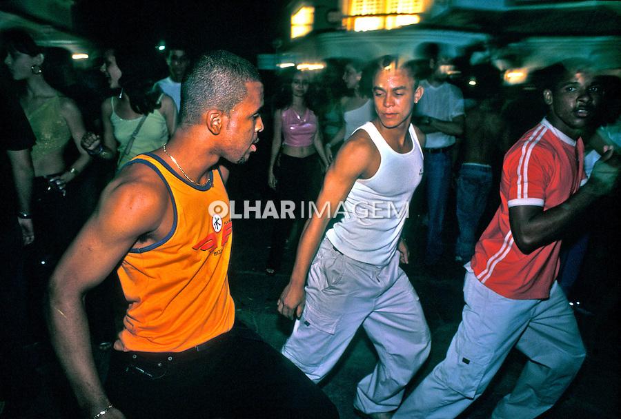 Baile funk na Barra da Tijuca, Rio de Janeiro. 2001. Foto de Ricardo Azoury.