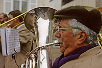 Europe/France/89/Yonne/env de Chablis: Lors de la Chichée de la Saint Vincent dans le vignoble de Chablis AOC la fanfare de la musique municipale au village<br /> PHOTO D'ARCHIVES // ARCHIVAL IMAGES<br /> FRANCE 1990