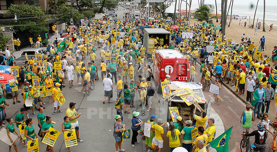 RECIFE,PE, 16.08.2015 - PROTESTO-DILMA - Manifestantes durante ato contra o governo Dilma Rousseff (Partido dos Trabalhadores) na Praia de Boa Viagem em Recife, neste domingo, 16. (Foto: Jean Nunes/Brazil Photo Press)