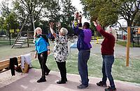 Nederland - Zaandam- September 2019.      In Straat Davis staan sporttoestellen speciaal voor senioren. De toestellen mogen door iedereen gebruikt worden. Twee keer per week geeft Sportbedrijf Zaanstad gratis les. Oefening met een bal.    Foto mag niet in negatieve / schadelijke context gepubliceerd worden.  Foto Berlinda van Dam / Hollandse Hoogte