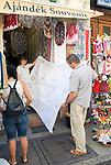 HUN, Ungarn, Budapest, Paar beim Einkaufen von Andenken, Tischdecke, Stickereien | HUN, Hungary, Budapest, couple shopping souvenirs, table cloth