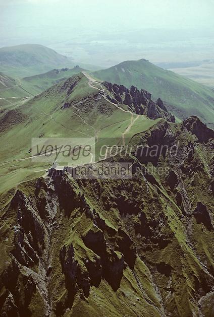 Europe/France/Auvergne/63/Puy-de-Dôme/Parc Naturel Régional des Volcans/Chaîne des Puys: Le sommet du Puy-de-Dôme (1465 mètres) -Vue aérienne