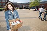 Foto: VidiPhoto<br /> <br /> KESTEREN – Geslaagd op donderdag en dat betekent voor de 17-jarige Marjanne Janssen uit Valburg het inleveren van de schoolboeken op vrijdag, een last van vijf schooljaren en zo'n 10 kilo aan 'oudpapier' van het laatste jaar. De leerlingen van het reformatorische Van Lodenstein College (VLC) in Kesteren die geen herexamens hadden of definitief waren gezakt, sneden gisteren gisteren door het inleveren van de lesboeken hun laatste fysieke band met de school door. Op 8 juli volgt nog een feestelijk moment, de diplomauitreiking.