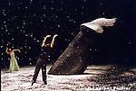 Pina Bausch..tanztheater wuppertal..création au Théâtre de la Ville de Paris le 3 mai 2005....Ten Chi....mise en scène et chorégraphie Pina Bausch..musique Shoukichi Kina, Rom-chiaki, Hwang Byungki, Ryoko Moriyama, Kodó, Yas-Kaz, Alexander Balanescu, Thomas Heberer, Norah Jones, Gustavo Santaolalla, Robert Wyatt, Club de Belugas, Kreidler, Labradford, Plastikman, Tudôsok, Underkarl textes Ruth Berlau, Bertolt Brecht, Georg Büchner, José Samarago, Margarete Steffin, Wislawa Szymborska décor et vidéos Peter Pabst..costumes Marion Cito..collaboration musicale Matthias Burkert, Andreas Eisenschneider..assistants à la mise en scène Robert Sturm, Daphnis Kokkinos, Marion Cito....avec Regina Advento, Alexandre Castres,..Mechthild Großmann, Ditta Miranda Jasjfi, Eddie Martinez, Dominique Mercy, Thusnelda Mercy, Pascal Merighi, Nazareth Panadero, Helena Pikon, Jorge Puerta Armenta, Azusa Seyama, Julie Shanahan, Julie Anne Stanzak, Fernando Suels, Kenji Takagi, Aida Vainieri