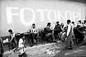 Turquie 1997.La rue de Dogubayazit à 10 heures du matin..Turkey 1997.In Dogubayazit, a morning in the street, men drinking tea