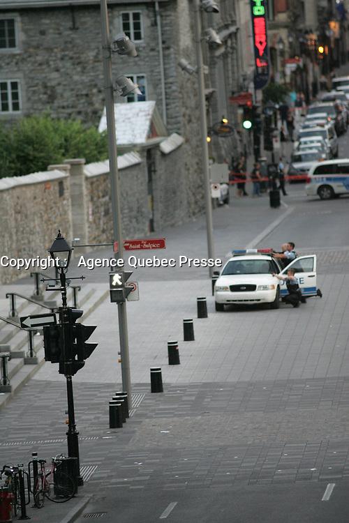 montreal quebec CANADA - july 18 2012 - Les Policiers du SPVM erigent un perimetre autours d'une personne armée sur le parvis de la Basilique Notre Dame dans le Vieux-Montreal.<br /> <br /> PHOTO :  Agence Quebec Presse