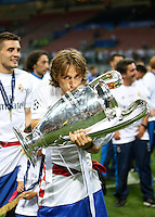 Calcio, finale di Champions League: Real Madrid vs Atletico Madrid. Stadio San Siro, Milano, 28 maggio 2016.<br /> Real Madrid's Luka Modric kisses the Champions League trophy at the end of the final match against Atletico Madrid, at Milan's San Siro stadium, 28 May 2016. Real Madrid won 5-4 on penalties after the game ended 1-1.<br /> UPDATE IMAGES PRESS/Isabella Bonotto