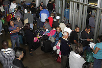 ATENCAO EDITOR: FOTO EMBARGADA PARA VEICULOS INTERNACIONAIS - SAO PAULO, SP, 14 DE NOVEMBRO 2012 - RODOVIARIA TIETE - Movimentacao de pessoas na rodoviaria Tiete, zona norte da capital, na  noite dessa quarta-feira, 14, vespera de feriado prolongado - FOTO LOLA OLIVEIRA - BRAZIL PHOTO PRESS