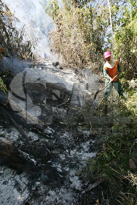 SALVADOR, BA, 08.12.2009 - INCÊNDIO-BA -  Imagem de arquivo de brigadistas vistos tentando apagar fogo de incêndio em mata do Parque Nacional do Descobrimento no município de Prado (sul da Bahia).  (Foto: Joá Souza / Brazil Photo Press).
