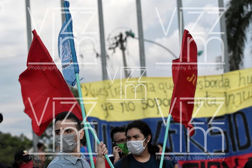 CALI - COLOMBIA, 21-08-2020: Manifestantes durante la Movilización por la Vida convocada en la ciudad de Cali como protesta por la recientes masacres de 5 jóvenes en Cali y 9 en Samaniego, Nariño con lo que, según cifras de UN ya se completan 33 masacres en Colombia durante el 2020. / Demostrators against violence during the Mobilization for Life called in the city of Cali to protest the recent massacres of 5 young people in Cali and 9 in Samaniego, Nariño, with which, according to UN figures, 33 massacres are already completed in Colombia during 2020. Photo: VizzorImage / Gabriel Aponte / Staff