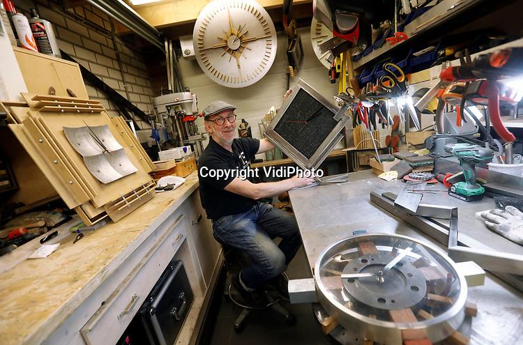 Foto: VidiPhoto<br /> <br /> WAALRE - Tientallen wonderlijke kunstwerken die de tijd aangeven staan er in de woning en werkplaats van Ger Gosen uit Waalwijk. De pensionado maakt zogenoemde Time Objects van afvalmateriaal. In twee jaar tijd heeft hij er al vele tientallen gemaakt. Inmiddels zijn het er zoveel dat hij op zoek is naar expositieruimte. Ger had vroeger een reclamebureau waarbij het werk altijd 'gisteren' klaar moest zijn. Nu zet hij de tijd letterlijk naar zijn hand.
