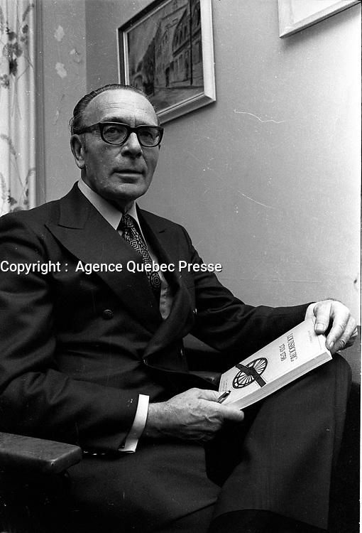 ARCHIVE -<br /> <br /> Bona Arsenault, Lancement de livre, le 6 Octobre 1971<br /> <br /> PHOTO :  AQP -  Photo Moderne<br /> <br /> NOTE : CE NEGATIF SERA RE-NUMERISER