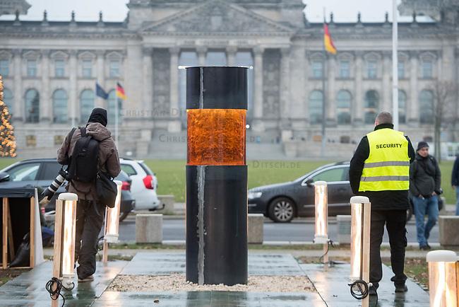 """Das """"Zentrum fuer politische Schoenheit"""" hat am Montag den 2. Dezember 2019 im Berliner Regierungsviertel ein Mahnmal mit der Asche von in Auschwitz ermordeten Opfern Hitlerdeutschlands errichtet. Die Asche stammt von einem Damm in der Naehe des Ortes Hamerse, der aus den Ueberresten der Ermordeten von den Deutschen errichtet wurde.<br /> Das """"Zentrum fuer politische Schoenheit"""", ZPS, hat die Asche in das Regierungsviertel ueberfuehrt, um eine """"Gedenkstaette gegen Verrat an der Demokratie"""" zu errichten.<br /> Auf einer Tafel vor der """"Widerstandssaeule"""" stehen die Namen von Abgeordneten der CDU- und CSU-Bundestagsfraktion, die nach Willen des ZPS vor der Asche geloben sollen, dass sie niemals mit Hilfe oder Duldung der rechtsradikalen Partei """"Alternative fuer Deutschland"""", AfD, eine Regierung bilden und """"jeden Versuch der Diktatur im Kein ersticken"""" werden. Mitglieder und Amtstraeger der CDU und CSU hatten sich in der Vergangenheit immer wieder positiv ueber eine Zusammenarbeit mit der AfD geaeussert.<br /> Das Mahnmal ist bis zum 7. Dezember 2019 genehmigt und soll nach Willen des ZPS eine dauerhafte Einrichtung werden.<br /> 2.12.2019, Berlin<br /> Copyright: Christian-Ditsch.de<br /> [Inhaltsveraendernde Manipulation des Fotos nur nach ausdruecklicher Genehmigung des Fotografen. Vereinbarungen ueber Abtretung von Persoenlichkeitsrechten/Model Release der abgebildeten Person/Personen liegen nicht vor. NO MODEL RELEASE! Nur fuer Redaktionelle Zwecke. Don't publish without copyright Christian-Ditsch.de, Veroeffentlichung nur mit Fotografennennung, sowie gegen Honorar, MwSt. und Beleg. Konto: I N G - D i B a, IBAN DE58500105175400192269, BIC INGDDEFFXXX, Kontakt: post@christian-ditsch.de<br /> Bei der Bearbeitung der Dateiinformationen darf die Urheberkennzeichnung in den EXIF- und  IPTC-Daten nicht entfernt werden, diese sind in digitalen Medien nach §95c UrhG rechtlich geschuetzt. Der Urhebervermerk wird gemaess §13 UrhG verlangt.]"""