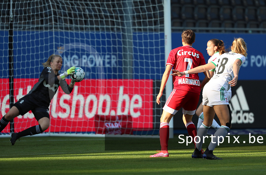 Charlotte Cranshoff (18) of OHL's attempt is blocked y goalkeeper Hillary Damman (1) of Standard during a female soccer game between Oud Heverlee Leuven and Standard Femina de Liege on the third matchday of the 2021 - 2022 season of Belgian Womens Super League , Sunday 5 th of September 2021  in Leuven , Belgium . PHOTO SPORTPIX.BE | SEVIL OKTEM
