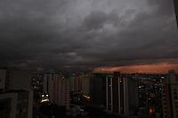 FOTO EMBARGADA PARA VEICULOS INTERNACIONAIS. SAO PAULO, SP, 12/11/2012, CLIMA TEMPO. A semana começa nublada em São Paulo, a previsão é que a temperatura chegue aos 28ºC nessa segunda-feira (12), mas chove a qualquer momento. Luiz Guarnieri/ Brazil Photo Press.