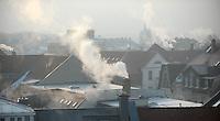 Minus 13 Grad in Leipzig und Umgebung - im Bild: Die Sonne steigt empor - die Luft ist diesig durch die klirrende Kälte - rauchende Schornsteine. Foto: Norman Rembarz..Norman Rembarz , ASV Autorennummer 41043728 , Holbeinstr. 14, 04229 Leipzig, Tel.: 01794887569, Hypovereinsbank: BLZ: 86020086, KN: 357889472, St.Nr.: 231/261/06432 - Jegliche kommerzielle Nutzung ist honorar- und mehrwertsteuerpflichtig! Persönlichkeitsrechte sind zu wahren. Es wird keine Haftung übernommen bei Verletzung von Rechten Dritter. Autoren-Nennung gem. §13 UrhGes. wird verlangt. Weitergabe an Dritte nur nach  vorheriger Absprache..