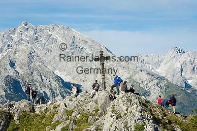 Deutschland, Bayern, Oberbayern, Berchtesgadener Land, Schoenau am Koenigssee: Jenner-Gipfelkreuz (1.874 m), im Hintergrund der Watzmann | Germany, Upper Bavaria, Berchtesgadener Land, Schoenau am Koenigssee: Jenner summit (1.874 m) with Watzmann mountain at background