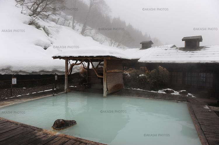 Outdoor hot spring bath with snow at the Tsurunoyu Ryokan.<br /> <br /> Bain thermal en plein air avec de la neige au ryokan Tsurunoyu.