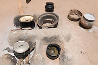 BURKINA FASO, Gaoua, village Obire, clay stove with vessel and firewood / BURKINA FASO, Dorf Obire, Kochstelle aus Lehm