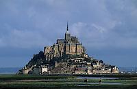 Europe/France/Normandie/Basse-Normandie/50/Manche/Env Saint-Michel-de-Montjoie: Cavaliers devant le Mont Saint-Michel