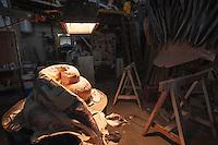 Laboratorio per la costruzione dei componenti in cartapesta per i carri allegorici.<br /> Il carnevale di Gallipoli è tra i più noti della Puglia. La sua tradizione è antichissima ed è documentata, oltre che in atti e documenti settecenteschi, anche da radici folcloristiche che affondano le origini in epoca medioevale, tramandate fino ad oggi dallo spirito popolare. La prima edizione (per come la conosciamo) risale al 1941; nel 2014 sarà l'edizione numero 73.<br /> La manifestazione carnascialesca è organizzata dall' Associazione Fabbrica del Carnevale, nata nel febbraio 2013 con la finalità diorganizzare, promuovere e riportare in auge il Carnevale della Cittàdi Gallipoli. L'Associazione raccoglie al suo interno i maestri cartapestai Gallipolini e tanti giovani artisti, che vogliono valorizzare il Carnevale della città bella. Presidente dell'Associazione è Stefano Coppola.<br /> La manifestazione ha inizio il 17 gennaio, giorno di sant'Antonio Abate (te lu focu = del fuoco), con la Grande Festa del Fuoco, quando si accende con la tradizionale focara, un grande falò di rami d'ulivo. L'ultima domenica di carnevale e il martedì grasso lungo corso Roma, nel centro cittadino, si svolge la sfilata dei carri allegorici in cartapesta e dei gruppi mascherati corso Roma davanti a migliaia di spettatori provenienti da tutta la provincia di Lecce e da città pugliesi. Il tema dell'edizione di quest'anno è un omaggio a Walter Elias Disney.<br /> <br /> Laboratory for the manufacture of components for the papier-mâché floats.<br /> The Carnival of Gallipoli is among the best known of Puglia. Its tradition is very old and is documented , as well as records and documents in the eighteenth century , as well as folkloric roots that sink their roots in medieval times , handed down today by the popular spirit . The first edition dates back to 1941 and in 2014 will be the edition number 73 .<br /> The carnival is organized by the Association of Carnival Factory , founded in February 201