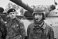 - Italian army, joint exercise of Lodi Troopers with British Army Royal Dragoons, driver of a Leopard tank (November 1984)....- Esercito Italiano, esercitazione congiunta Cavalleggeri di Lodi con Royal Dragoons dell'esercito inglese, conducente di un carro armato Leopard (novembre 1984)