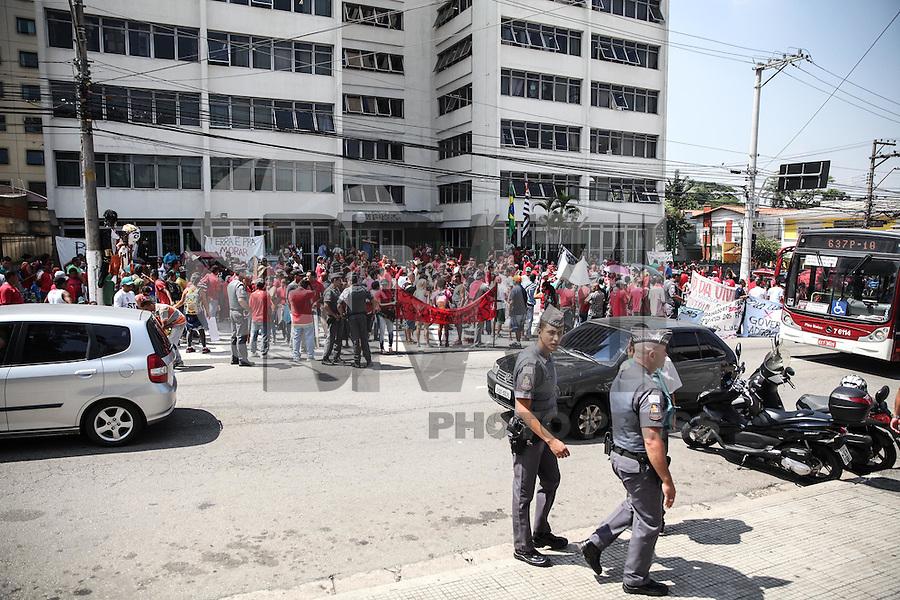 SAO PAULO, SP, 04.03.2015 - PROTESTO REDE EXTREMO SUL - Manifestantes do movimento Rede Extremo Sul, caminham pela região do Largo Treze, zona Sul de São Paulo. Eles reinvidicam moradia para cerca de 800 familias.(Douglas Pingituro / Brazil Photo Press)