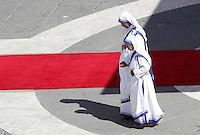 Suore Missionarie della Carita' portano le reliquie di Madre Teresa in Piazza San Pietro in occasione della messa celebrata da Papa Francesco per la sua canonizzazione, Citta' del Vaticano, 4 settembre 2016.<br /> Nun of the Sisters of the Missionaries of Charity carri relics of Mother Teresa in St. Peter's Square during a mass celebrated by Pope Francis for her canonization, at the Vatican, 4 September 2016.<br /> <br /> UPDATE IMAGES PRESS/Isabella Bonotto<br /> <br /> STRICTLY ONLY FOR EDITORIAL USE
