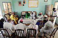 BURKINA FASO Dori, dialogue Christianity and Islam, invitation of new appointed Imam by catholic priests at diocese Dori , praying together / BURKINA FASO Dori, Dialog Christentum und Islam,  Einladung des neu ernannten Imam der grossen Moschee beim katholischen Bischof und Pater Joseph Clochard von der Diozese Dori, gemeinsames Gebet