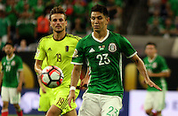 HOUSTON - UNITED STATES, 13-06-2016: Jesus Molina (Der) jugador de Mexico (MEX) disputa el balón con Christian Santos (Izq) jugador de Venezuela (VEN) durante partido del grupo A fecha 3 por la Copa América Centenario USA 2016 jugado en el estadio NRG en Houston, Texas, USA. /  Jesus Molina (R) player of Mexico (MEX) fights the ball with Christian Santos (L) player of Venezuela (VEN) during match of the group A date 3 for the Copa América Centenario USA 2016 played at NRG stadium in Houston, Texas ,USA. Photo: VizzorImage/ Luis Alvarez /Str