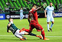 PALMIRA - COLOMBIA-18-07-2018: Nicolas Benedetti (Izq) del Deportivo Cali (COL) disputa el balón con Fernando Laforia (Der) arquero de Bolívar (BOL) durante partido de la segunda fase, llave 8, por la Copa CONMEBOL Sudamericana 2018 jugado en el estadio Palmaseca de Cali. / Nicolas Benedetti (L) player of Deportivo Cali (COL) fights for the ball with Fernando Laforia (R) goalkeeper of Bolivar (BOL) during match of the second phase, key 8, for the CONMEBOL Sudamericana Cup 2018 played at Palmaseca stadium in Cali.  Photo: VizzorImage/ Nelson Rios / Cont