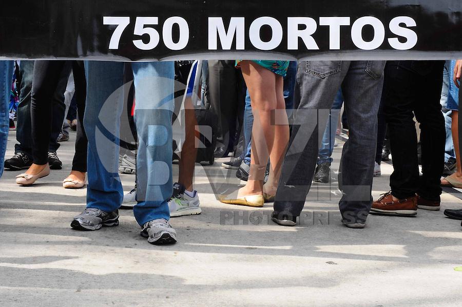 ATENÇÃO EDITOR: FOTO EMBARGADA PARA VEÍCULOS INTERNACIONAIS. - SAO PAULO)13 de dezembro 2012.(PROTESTO AEROVIARIOS) Aeroviarios realizam um protesto no aeroporto de Congonhas, na zona sul de São Paulo,As duas categorias reivindicam reajuste salarial maior que o oferecido pelas empresas --de 1,5% e 6%, dependendo da faixa salarial. Os sindicatos também protestam contra as demissões ocorridas neste ano, principalmente na Gol e na Webjet --que foi comprada pela Gol e extinta em seguida_. ADRIANO LIMA / BRAZIL PHOTO PRESS).