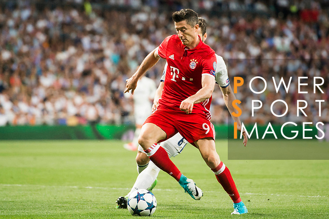 Robert Lewandowski of FC Bayern Munich in action during their 2016-17 UEFA Champions League Quarter-finals second leg match between Real Madrid and FC Bayern Munich at the Estadio Santiago Bernabeu on 18 April 2017 in Madrid, Spain. Photo by Diego Gonzalez Souto / Power Sport Images