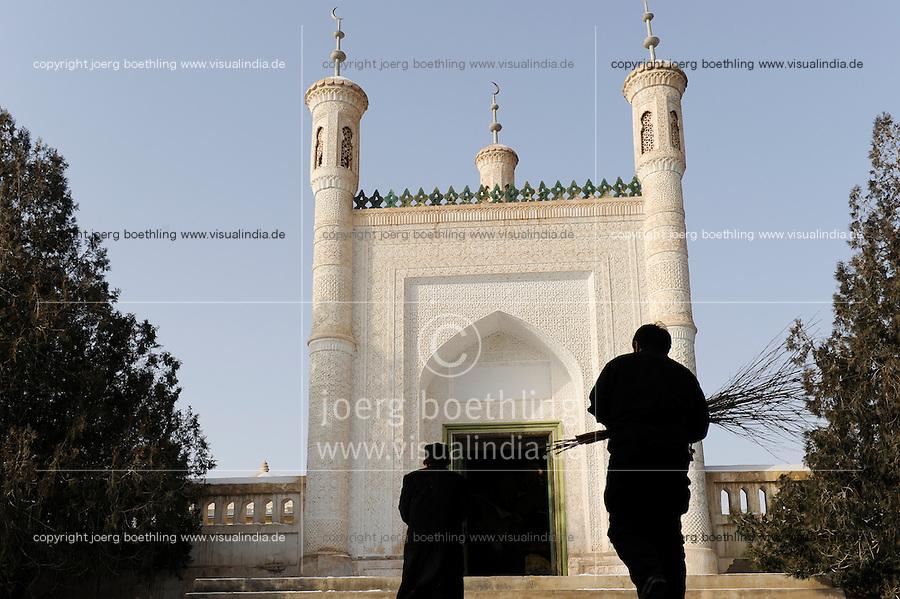 CHINA province Xinjiang, uighur town Upal near Kashgar, tomb of islamic teacher Mahmud al-Kashgari / CHINA Provinz Xinjiang, uigurische Stadt Upal bei Kashgar, hier lebt das Turkvolk der Uiguren, das sich zum Islam bekennen , Mausoleum des islamischen Gelehrten Mahmud al-Kashgari (1008-1015)