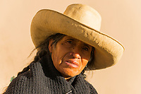 Alte Frau mit Strohhut, Verkäuferin von Bonbons in Cajamarca, Provinz Cajamarca, Peru, Südamerika, Amerika