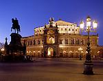 Deutschland, Freistaat Sachsen, Dresden: Semper Oper und Koenig Johann Denkmal am Theaterplatz am Abend | Germany, Saxony, Dresden: Semper Opera House and King Johann Statue at Theatre Square at night
