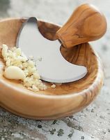 Gastronomie générale / Cuisine générale : Ail Haché pour l'aïoli, dans un bol avec hachinette
