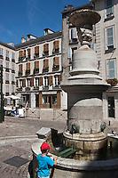Europe/France/Aquitaine/64/Pyrénées-Atlantiques/Pays-Basque/Bayonne: Vieilles demeures et fontaine Place Pasteur