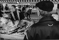 Europe/France/Provence-Alpes-Cote d'Azur/06/Alpes-Maritimes/Nice:thérèze poissonnière sur le cours Saleya dans le Vieux Nice,son fils pécheur a de plus en plus de mal à la fournir en pissalat