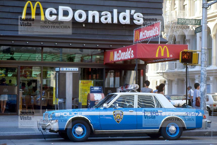 - New York, police car in front of a Mc Donald's  fast food ....- New York, auto della polizia davanti ad un fast food Mc donald's......