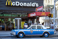 - New York, police car in front of a Mc Donald's  fast food ....- New York, auto della polizia davanti ad un fast food Mc donald's......