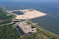 Mega Baustelle Wilhelmshaven: EUROPA, DEUTSCHLAND, NIEDERSACHSEN, WILHELMSHAVEN (EUROPE, GERMANY), 16.06.2010:  Jade Weser Port. Das Kraftwerk Wilhelmshaven ist ein deutsches Steinkohlekraftwerk in Wilhelmshaven. Es liegt im Ruestersieler Groden direkt am Deich zum Jadefahrwasser. Betreiber des Kraftwerks sind die E.ON Kraftwerke GmbH..Megaport zwischen Oelhafen und Niedersachsenbruecke. - Aufwind-Luftbilder - Stichworte: Europa, Deutschland, Niedersachsen, Wilhelmshaven, Jade, Weser, Port, Tiefwasserhafen, Container, Baustelle, Sand, Aufspuelung, Terminal, der, Zukunft, Jadebusen, Jade, Nordsee, Luftbild, Luftansicht, Luftaufnahme, Landschaft, Megaport, Ueberblick, Uebersicht, Kraftwerk, Kohlendioxid, CO2, Ausstoss, Neubau, Baustelle, Planung, Protest, Fernwaerme, Kraft Waerme Kopplung, Steinkohle, kohlendioxydfrei, Strom, Produktion, Wirtschaft, Technik, Bauwerk, Grund, Industrie, Industrieanlage, Industriegelaende, Industriestandort, Energie, Energielieferant, Stromerzeuger, Gelaende, Werk, Werksgelaende, Luftbild, Draufsicht, Luftaufnahme, Luftansicht, Luftblick, Flugaufnahme, Flugbild, Vogelperspektive, Ueberblick, Uebersicht, Aufwind-Luftbilder..