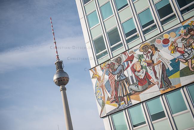 Der Fernsehturm und das Haus des Lehrers im Berliner Bezirk Mitte.<br /> 25.10.2020, Berlin<br /> Copyright: Christian-Ditsch.de