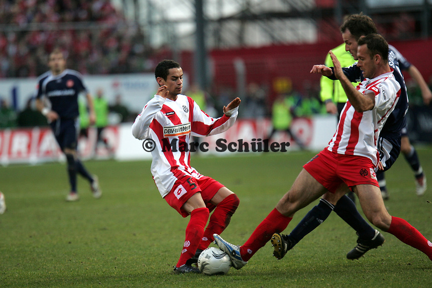 Mimoun Azaouagh (l.) und Nikolce Noveski (beide FSV Mainz 05) im Zweikampf mit Markus Schroth (1. FC Nuernberg) +++ Marc Schueler +++ 1. FSV Mainz 05 vs. 1. FC Nuernberg, 24.02.2007, Stadion am Bruchweg Mainz +++ Bild ist honorarpflichtig. Marc Schueler, Kreissparkasse Grofl-Gerau, BLZ: 50852553, Kto.: 8047714