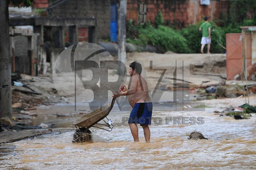 DUQUE DE CAXIAS,RJ, 05 DE JANEIRO 2013 - DESTUICAO EM XEREM - Destruicao e vista no distrito de Xerem durante a manha deste sabado, apos uma onda de fortes chuvas atingirem a regiao durante a semana. Hoje o tempo abriu e o sol apareceu. FOTO: ADRIANO LIMA / BRAZIL PHOTO PRESS).
