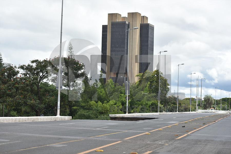 BRASILIA,DF, 06.02.2018 - ACIDENTE-DF - Parte do viaduto Galeria dos Estados, no Eixão Sul, desabou na região central de Brasília, no final da manhã desta terça-feira, dia 6. Até por volta das 13h30 não havia a confirmação oficial sobre possíveis feridos - nem se sabia o que causou o acidente. (Foto: Ricardo Botelho/Brazil Photo Press)