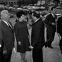 20 Octobre 1965. Vue de François et de Danielle Mitterand sur les marches de la salle Jean Mermoz.